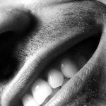 Môže parodontitída zvýšiť riziko vzniku infekcie v okolí implantátu?